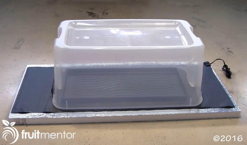 Vật liệu cách nhiệt, thảm điện, khay, và thùng nhựa để phủ lên trên.